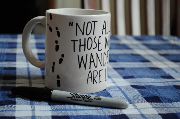 Sharpie decorated mug. You must try this!Taza decorada con rotulador. ¡Tienes que probarlo!